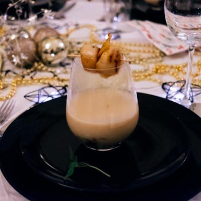 Topinambur-Kartoffel-Suppe mit Jakobsmuscheln & Kartoffelchip