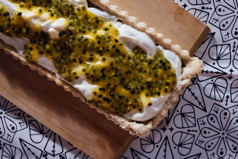 süße nachspeise: ricotta-tarte mit passionsfrucht von donna hay