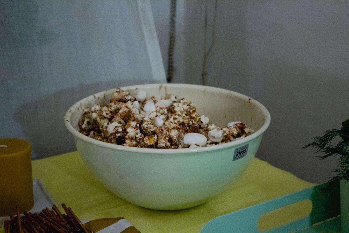 popcorn mit marshmallows und schokolade