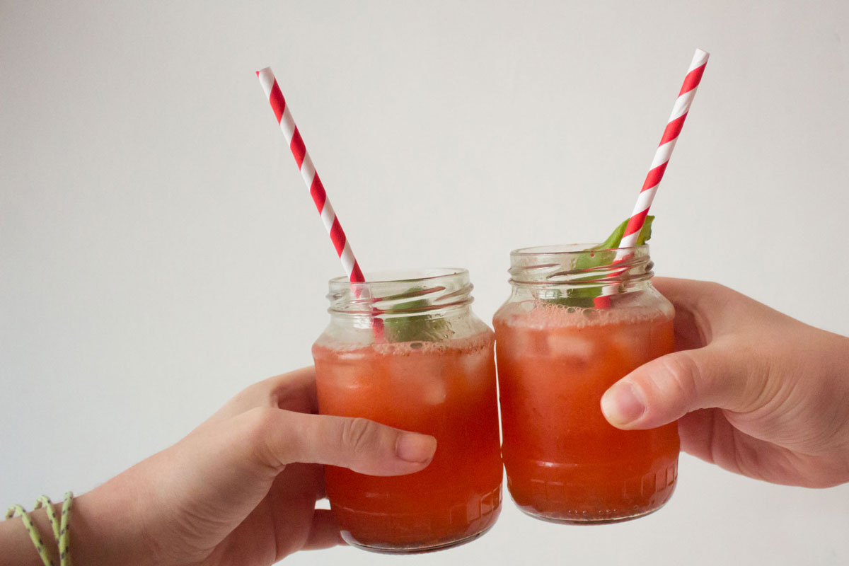 gin tonic mit erdbeeren & basilikum