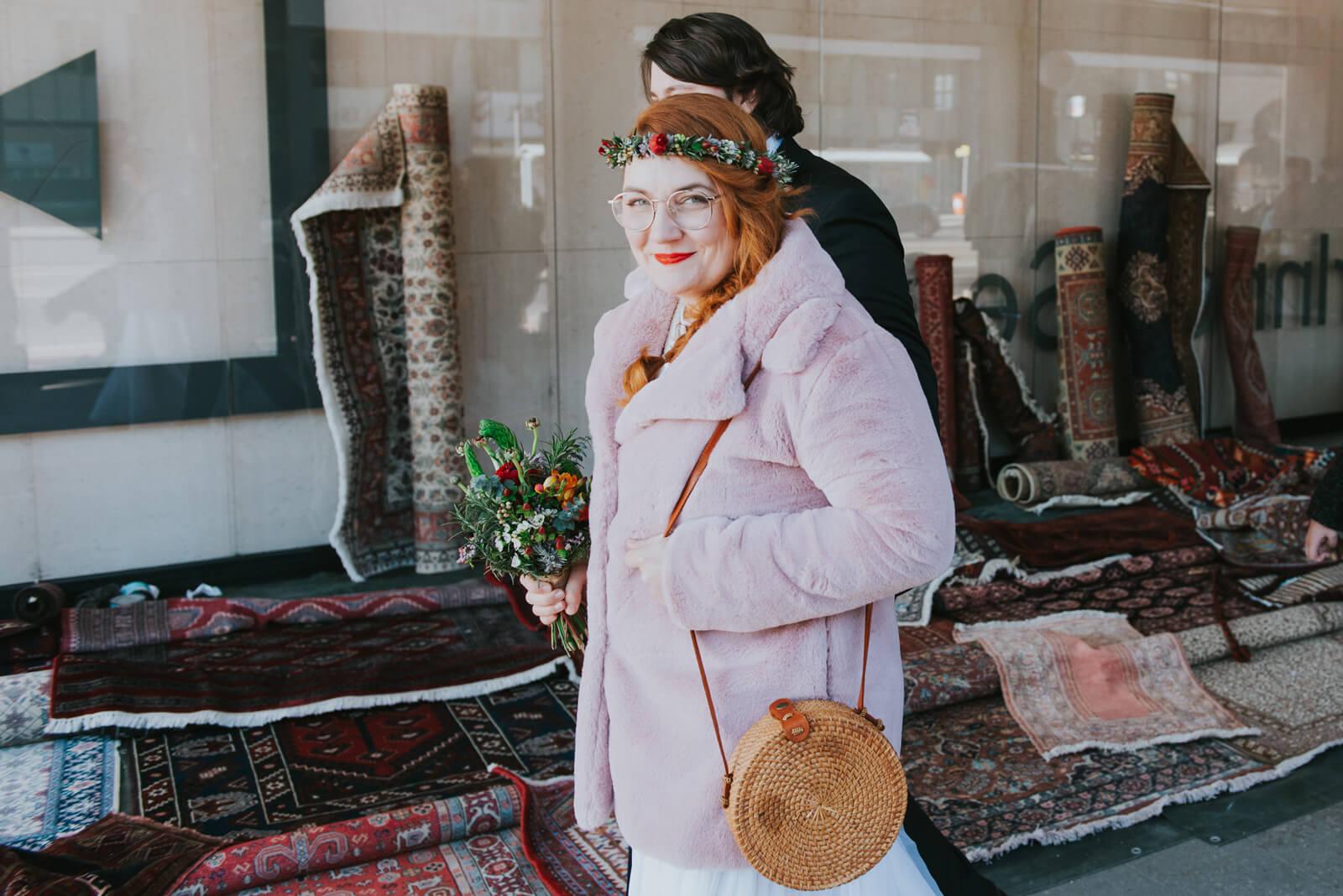 im hochzeitskleid über den flohmarkt (foto: markus maierhofer)